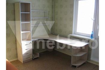 Большой письменный стол со стеллажом