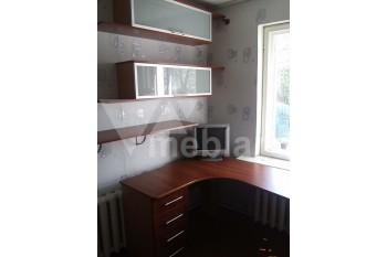 Угловой письменный стол с подвесными шкафчиками